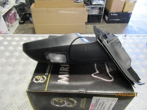 HOLDEN COMMODORE VE VE2 ELECTRIC DOOR POWER MIRROR BRAND New LH WITH THE LIGHT