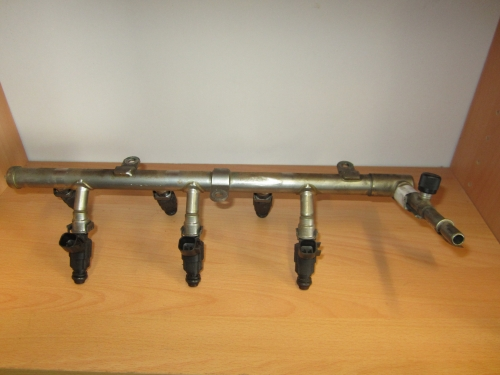 HOLDEN COMMODORE VZ WL SV6 V6 FUEL INJECTORS WITH THE RAILS